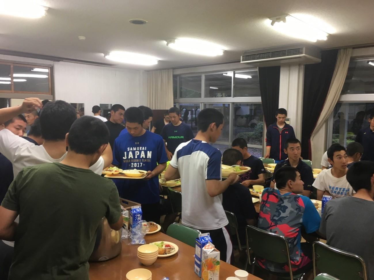 和敬寮での夕食の様子